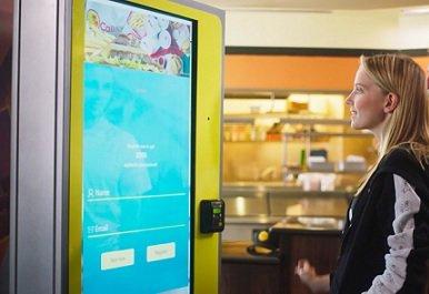 В бургерных CaliBurger появились ИИ-терминалы