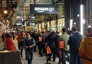 Созданному для устранения очередей магазину Amazon Go пришлось столкнуться с ними в первый день работы