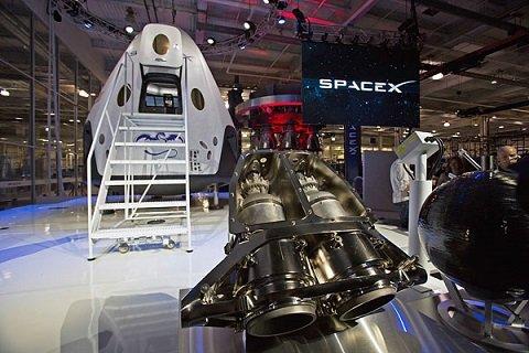 В следующем году SpaceX планирует впервые запустить в космос корабль с астронавтами