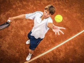 Техника подачи мяча в большом теннисе